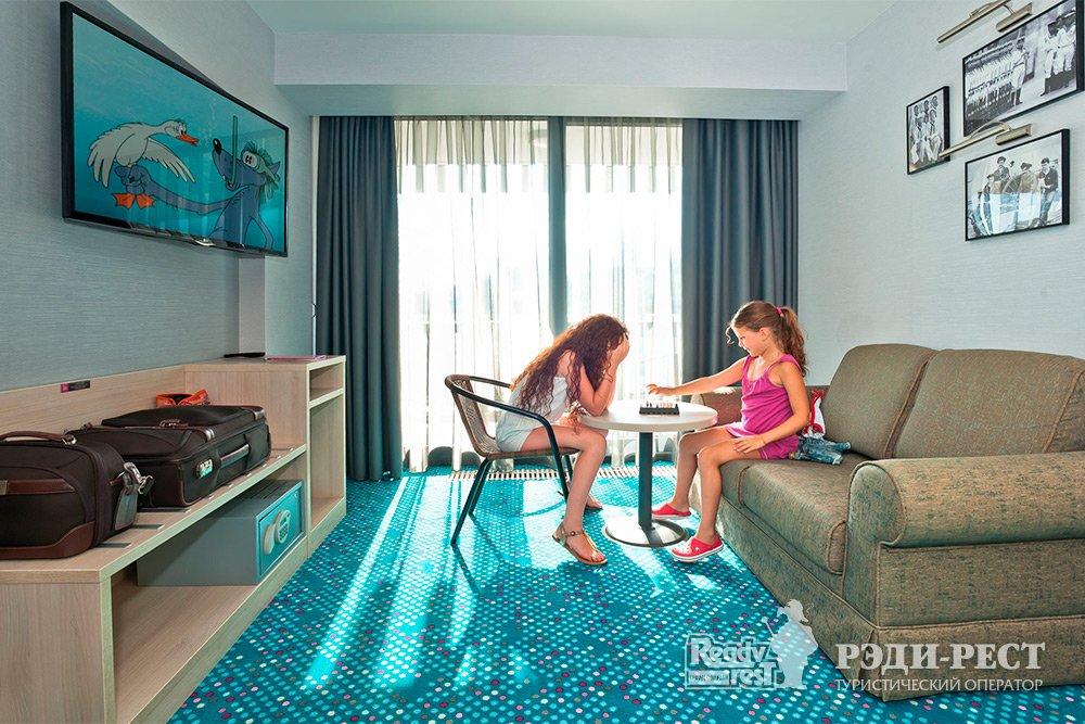 Отель Ялта-Интурист 4*. Люкс 2-комн. с 1 кроватью и диваном